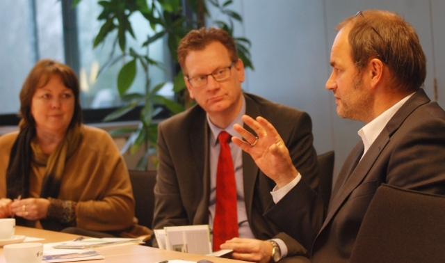 Gespräche bei der Ems-Dollart-Region. Von links nach rechts: MdL Hillgriet Eilers, Sven Dirksen, Hermann Wessels
