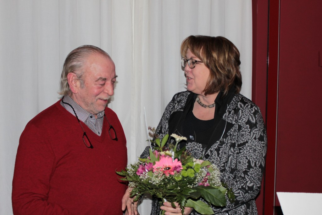 Günther Kunz (links) ist seit 50 Jahren aktives Mitglied der Emder FDP. Die Kreisvorsitzende Hillgriet Eilers bedankte sich dafür mit einem Blumenstrauß.